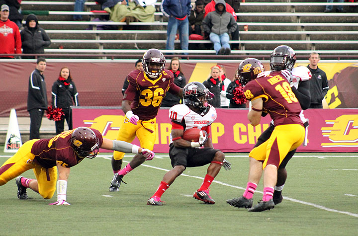 The Chippewas' defense attempts to corral a Northern Illinois ball carrier on Oct. 19. (Photo | Brittni Hengesbach)
