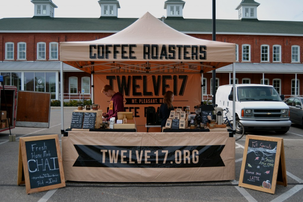 Volunteers from the Twelve17 Coffee Shop give out different types coffee in exchange for donations on the morning of Sept. 20, 2014. They offer seasonal specials including a Pumpkin Spice Latte during the Fall. (Photo | Andrea Henk)